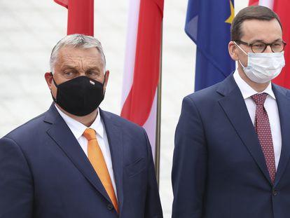 El primer ministro húngaro, Viktor Orbán (izquierda), con su homólogo polaco, Mateusz Morawiecki, en un encuentro del Grupo de Visegrado en Lublin (Polonia) el pasado 11 de septiembre.