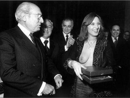 Enrique Tierno Galván y Susana Estrada, durante la entrega a la actriz de un premio del diario 'Pueblo' en 1978.