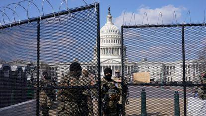 Miembros de la Guardia Nacional vigilan los alrededores de un Capitolio blindado, Washington, el 4 de marzo de 2021.