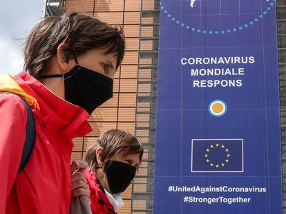 Dos mujeres pasan delante de la sede de la Comisión Europea.