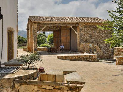 Pascual Olmos en el cobertizo de la estufa de escaldar de L'Hort de l'Álé, en Pedreguer.