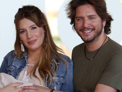 Manuel Carrasco y Almudena Navalón presentan a su hija Chloe, en Madrid, en junio de 2017.
