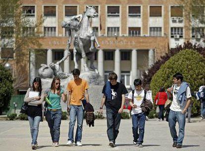 Un grupo de estudiantes en la plaza que hay frente a la Facultad de Medicina de la Universidad Complutense de Madrid.