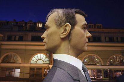 Escultura de cera del presidente ruso Dmitri Medvédev y del primer ministro, Vladímir Putin, en un museo en San. Petersburgo.