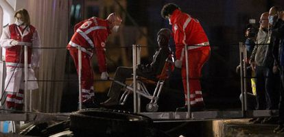 Un inmigrante es atendido por Cruz Roja a su llegada al puerto de Catania (Italia).