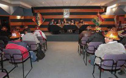 Vista de la reunión entre el Gobierno boliviano, mineros de los sindicatos estatales y de las cooperativas mineras privadas en el comienzo del diálogo para intentar solucionar el conflicto que existe entre ambos sectores de trabajadores que se disputan el yacimiento Colquiri, expropiada en junio pasado a la empresa suiza Glencore.