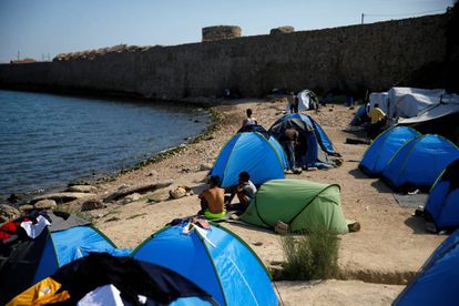 Refugiados y migrantes acampan en la isla griega de Quíos.