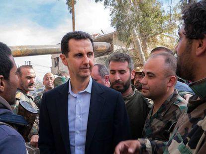 El presidente sirio, Bachar el Asad, con miembros del Ejército del régimen el pasado marzo.