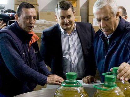 Javier Arenas (a la derecha) y el secretario general del PP andaluz, Antonio Sanz (en el centro), ayer en una cooperativa oleícola en Olvera (Cádiz).