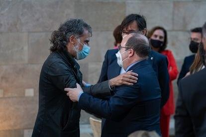 Jordi Cuixart abraza al ministro de Política Territorial, Miquel Iceta, durante la toma de posesión de Pere Aragonès.