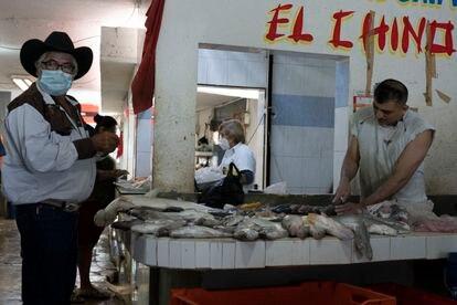 Comerciantes de pescado en el puerto de Champotón, en Campeche, primer estado en volver a un semáforo en verde.