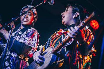 Asmâa Hamzaoui (derecha) y su hermana Aicha, el martes en el concierto de Sevilla del ciclo Son Estrella Galicia.