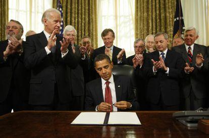 El presidente de Estados Unidos, Barack Obama, tras firmar la orden de cierre de Guantánamo en 2009, ante los aplausos del vicepresidente, Joe Biden y de jefes militares retirados.