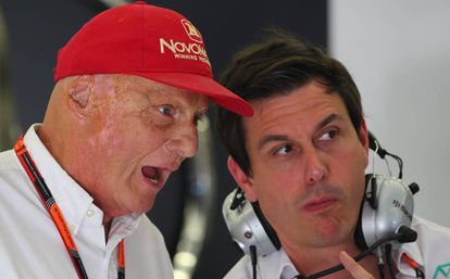 Niki Lauda, con un miembro del equipo Mercdes en 2015.