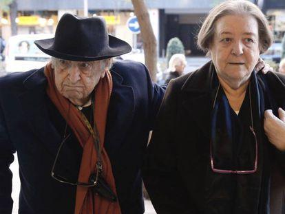 Ferlosio llega junto a su esposa, Demetria Chamorro, a un homenaje con motivo del 90º aniversario del escritor, el pasado diciembre en Madrid.