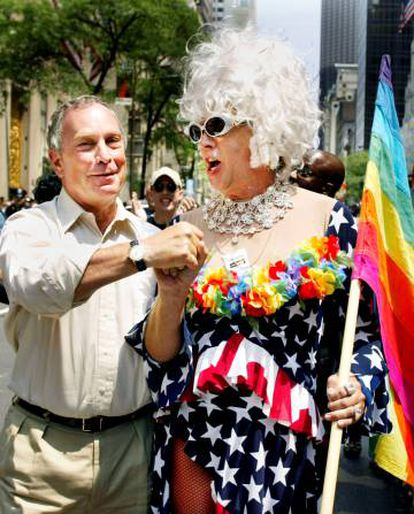 Gilbert Baker, a la derecha, junto al alcalde de Nueva York, Michael Bloomberg, durante la fiesta del Orgullo Gay de 2002.