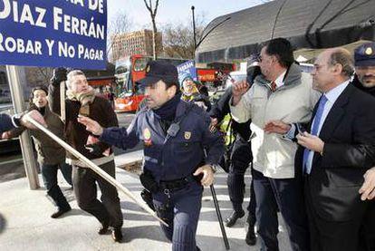 Empleados de Air Comet increpan a Díaz Ferrán a la salida de un foro empresarial celebrado el 27 de enero en Madrid.