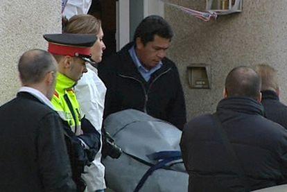 Traslado del cádaver de una mujer asesinada por su marido en su vivienda de Terrassa (Barcelona).