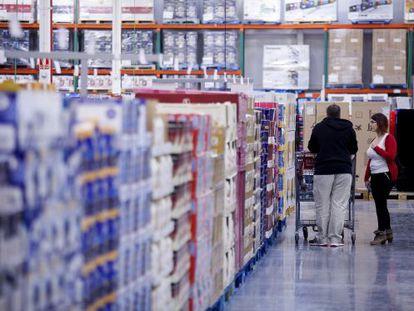 Dos clientes de Costco compran en la tienda de Getafe (Madrid).