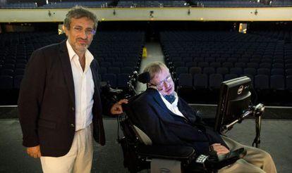 Garik Israelian, a la izquierda, junto al profesor Stephen Hawking.