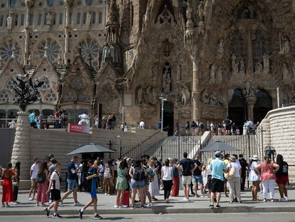 Turistas en los alrededores de la Sagrada Familia, en Barcelona, hace un mes.