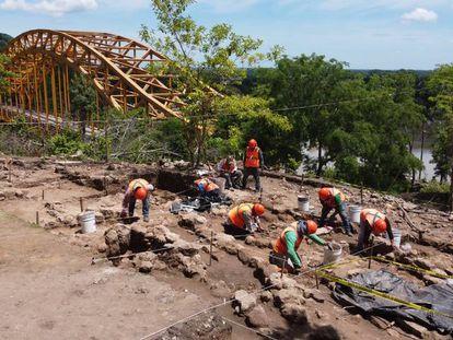 Personal del Instituto Nacional de Antropología e Historia (INAH) trabaja sobre los restos arqueológicos localizados en la construcción del Tren Maya.