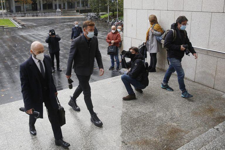 El futbolista del Eibar Sergi Enrich acude a los juzgados de San Sebastián en octubre pasado.