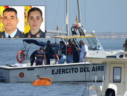 En la parte superior de la imagen, el comandante Daniel Melero y la alférez Rosa María Almirón. En la imagen grande se pueden ver los restos de la avioneta accidentada este miércoles en San Javier (Murcia), este miércoles.
