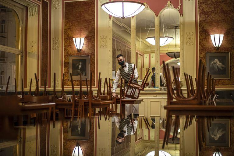 Un camarero en el Cafe Louvre de Praga, el pasado viernes.