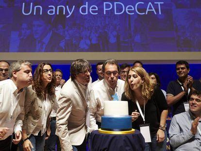 Dirigentes del PDeCAT soplan la vela en el aniversario de la formación heredera de Convergència.