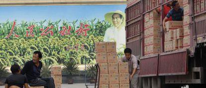Trabajadores de una fábrica de noodles (pasta) en Nanjie.