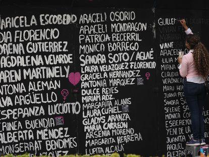 Nombres de víctimas de feminicidios escritos en la antigua glorieta de Colón.