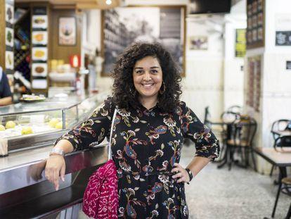 Leah Pattem, la autora del blog 'Madrid No Frills', en el Bar Cruz, en la plaza de Cascorro.