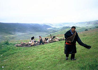 Los buitres devoran el cadáver de una mujer en Langmusi, durante el ritual denominado enterramiento en el cielo.