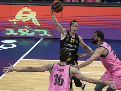 Marcelinho Huertas lanza por encima de Mirotic y Pau Gasol.