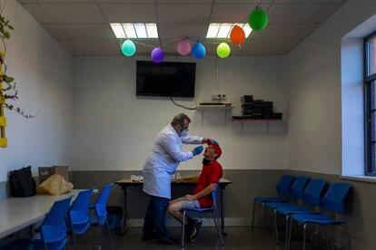 El Dr. Francisco Arroyo está examinando a Miroslaw Dunikowski para la hepatitis C esta mañana en el Centro de Alta Tolerancia de la Casa Virgen de los Reyes en Sevilla.