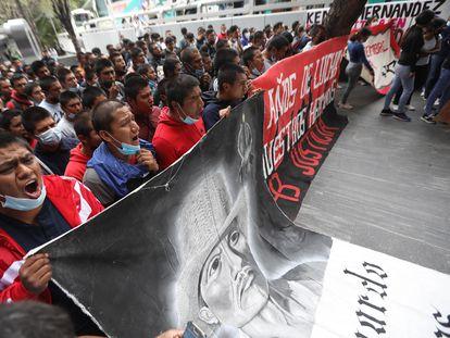 Normalistas protestan frente a la FGR este jueves.