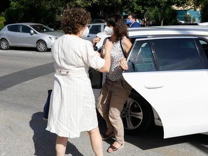 Juana Rivas (centro) antes de acceder al centro de inserción social Matilde Cantos en Granada, este viernes.