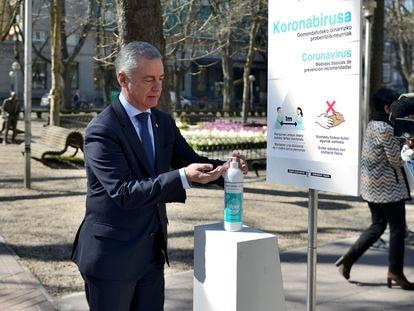 El lehendakari, Iñigo Urkullu, se lava las manos antes del acto organizado con ocasión del Día Europeo de las Víctimas del Terrorismo, este miércoles.