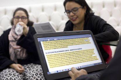 Parte del grupo de las Comadres, en una de sus reuniones semanales para organizar los turnos, compartir información de los casos.