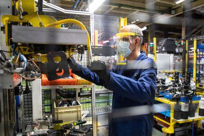 Un operario realiza una demostración de seguridad en la planta de montaje.