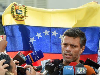 Leopoldo López afuera de la embajada española en Caracas, en mayo de 2019.