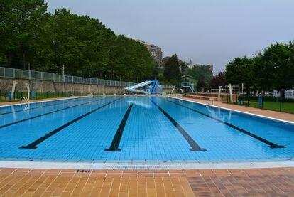 Una piscina.