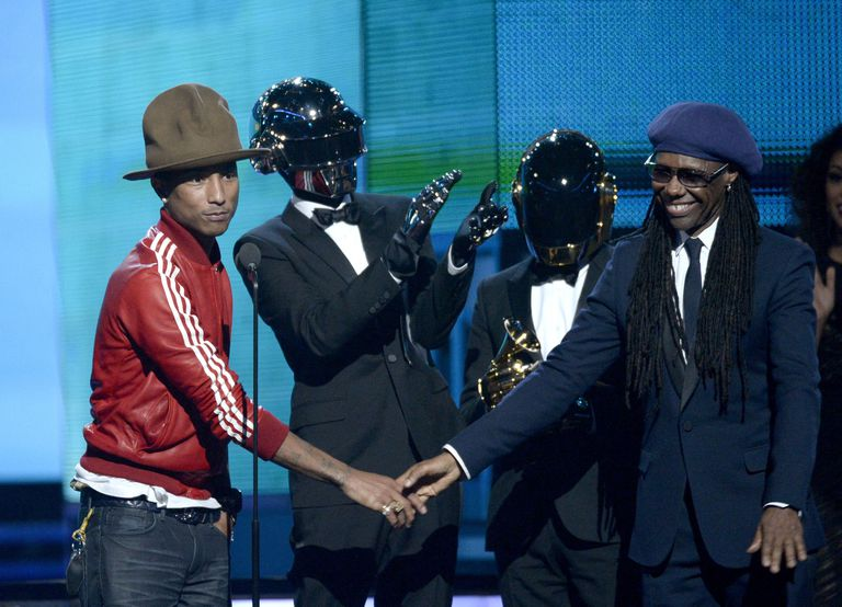 Pharrell Williams, Daft Punk (Thomas Bangalter y Guy-Manuel de Homem-Christo) y Nile Rodgers recogiendo el premio Grammy por 'Get Lucky'  en 2014, en el Staples Center de Los Ángeles.