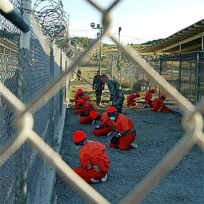 Un grupo de talibanes y militantes de Al Qaeda, presos en Guantánamo, en 2002.