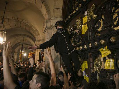 Grupos de manifestantes alcanzan las puertas del Parlament en el primer aniversario del referéndum del 1 de octubre de 2017.