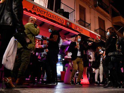 Ambiente ante un bar de Sitges (Barcelona) durante un estudio piloto sobre la covid realizado el pasado 20 de mayo.