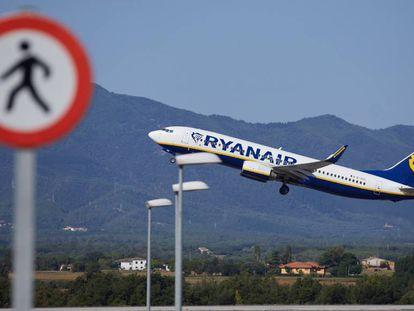 Un avión de Ryanair, en plena maniobra de despegue.
