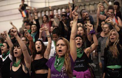 Un grupo de mujeres cantan 'Un violador en tu camino' en Río de Janeiro, Brasil.