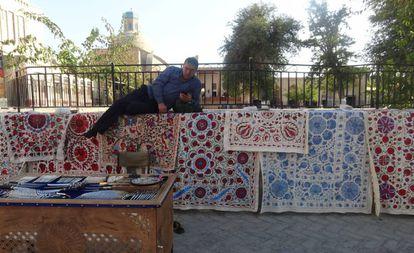 Un vendedor de alfombras en Bujará.